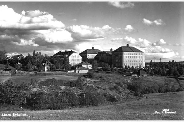 Mange vet ikke selv at de ikke var født i Oslo, men i Aker kommune. Her ser vi Aker sykehus mens det ennå lå på landet. Foto: Harstad Forlag 1936