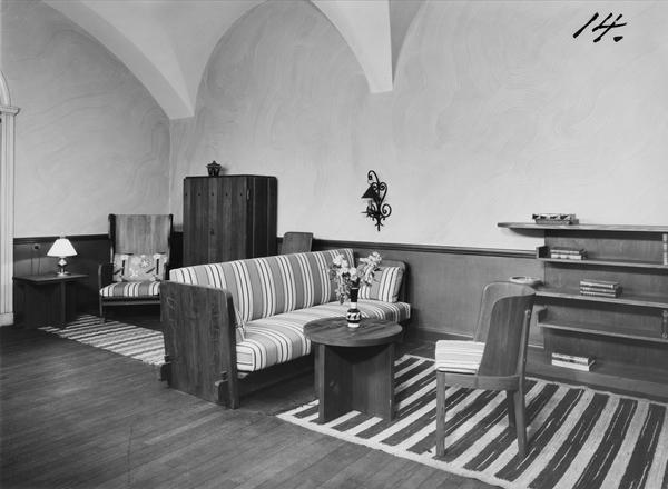 Digitaltmuseum   vardagsrum, interiör, randig soffa, runt bord ...
