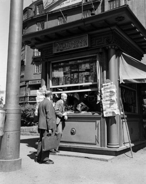 Narvesenkiosk i Rådhusgata juni 1950. Farlige fristelser ble solgt herfra på 50-tallet.Arbeiderbevegelsens arkiv og bibliotek. Fotograf ukjent.