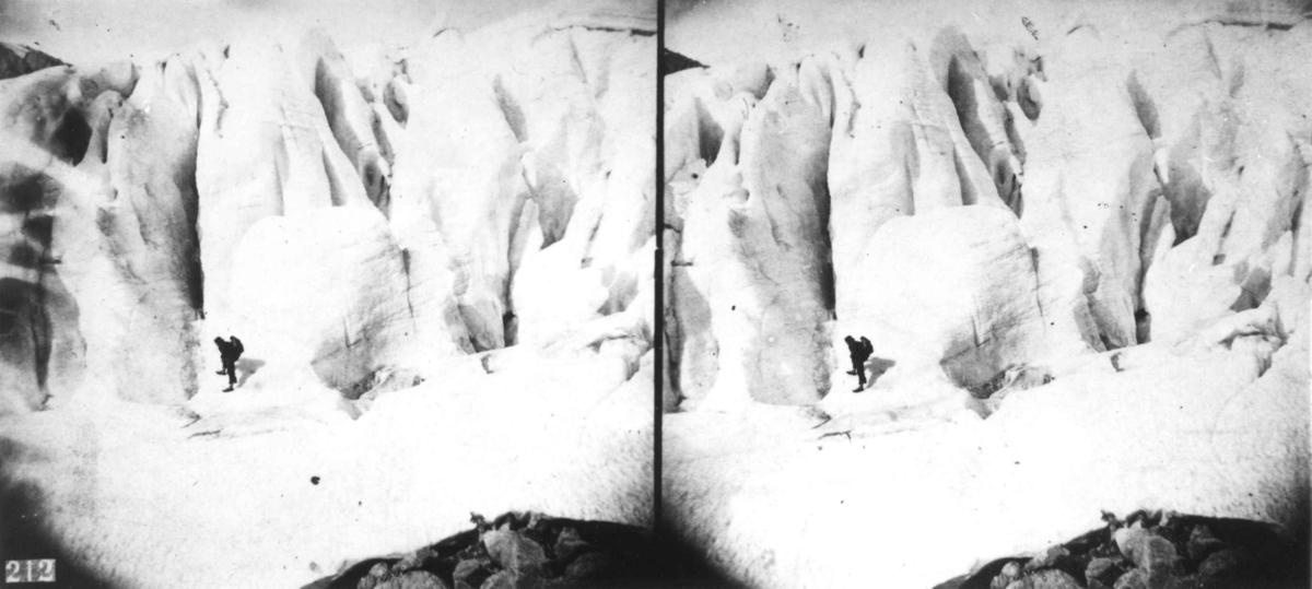 Stereoskopi. Isbre, parti av Folgefonna, Ullensvang, Hordaland. Mann på breen