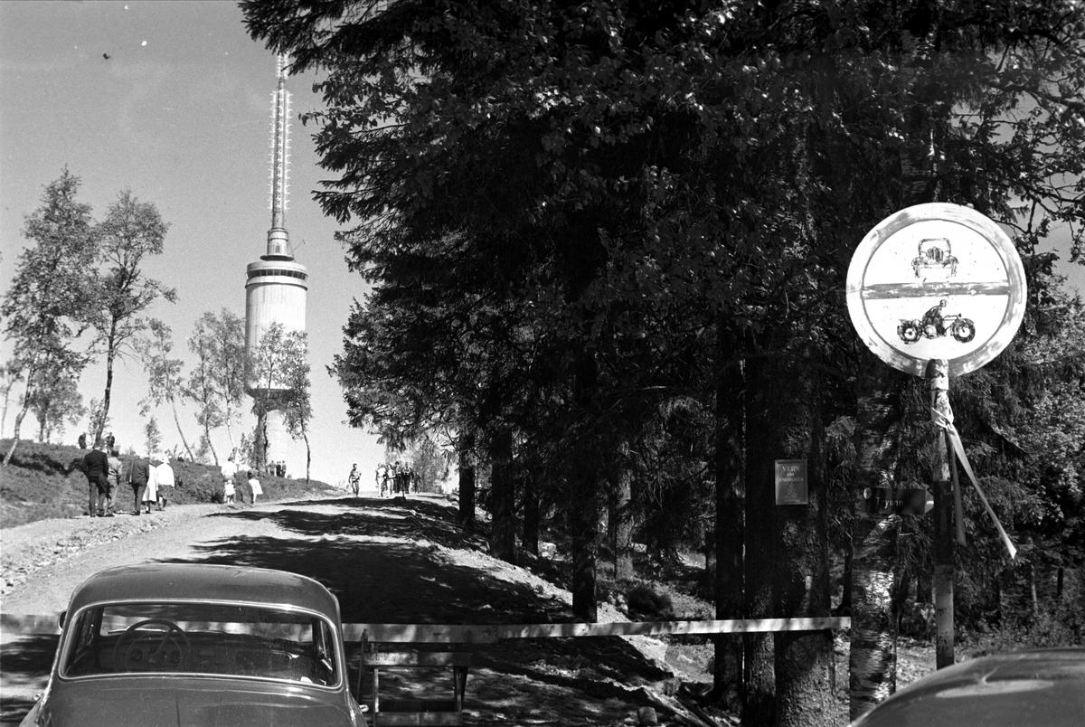 Fra Oslo, 1962. Forbudt for motorkjøretøy opp til Tryvannstårnet.