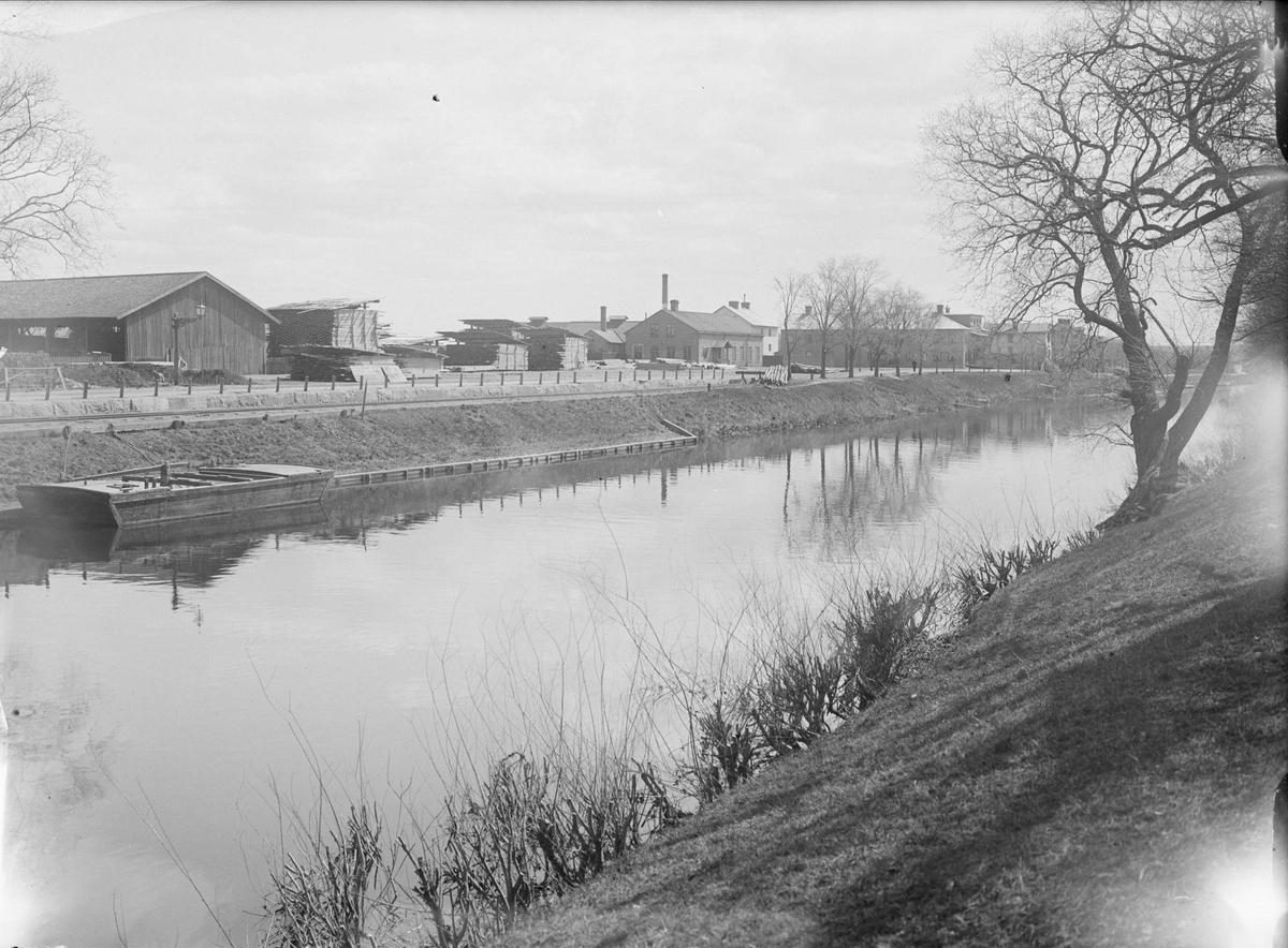 Vårby brädgård och Tullgarns gjuteri från väster över Fyrisån, Uppsala 1901 - 1902