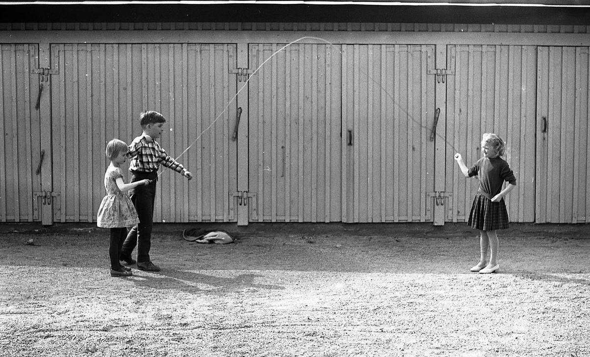 Eldare Jonssons barn hoppar hopprep, Uppsala Ålderdoms- och sjukhem, Svartbäcken, Uppsala 1958