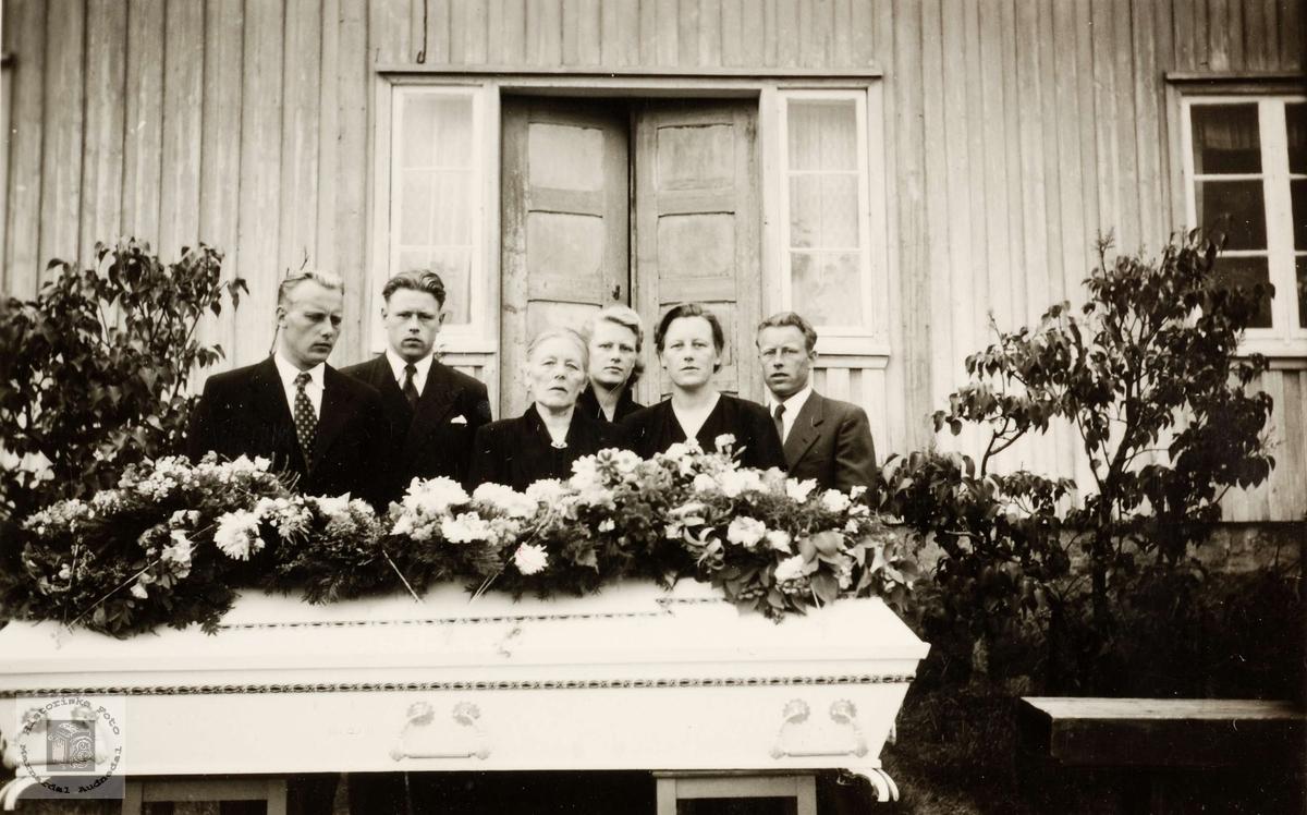 """Rakel og borna samla ved båra til mann og far på """"Staivodden"""" Haaland i Grindheim."""