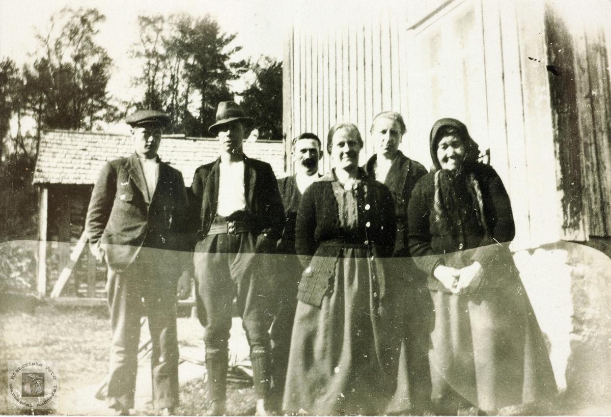 Bestemor Berthe Sveindal med familiemedlemmer rundt seg. Grindheim, senere Audnedal.