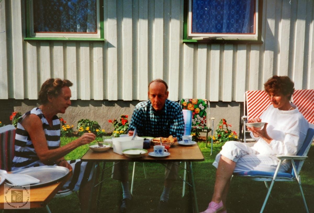 Nygrodde poteter, heimebgakt flatbrød, surmjølk m/dessert og kaffe. Sveindal, Audnedal.