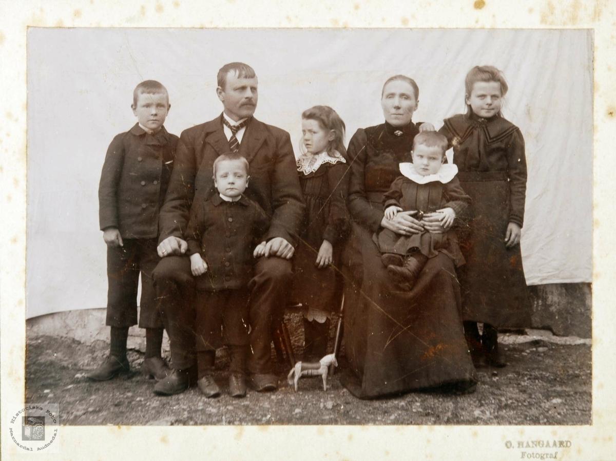 Familien Gunder Olsen Viblemo hos fotografen. Audnedal.