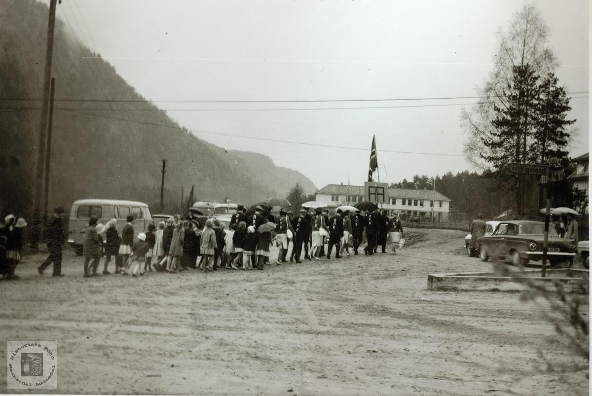 17. mai toget marsjerer inn på skoleplassen på Byremo skole. Grindheim.