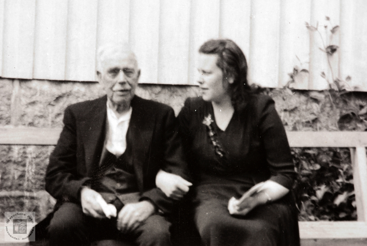 Far og datter Håland på hagebenken. Grindheim.