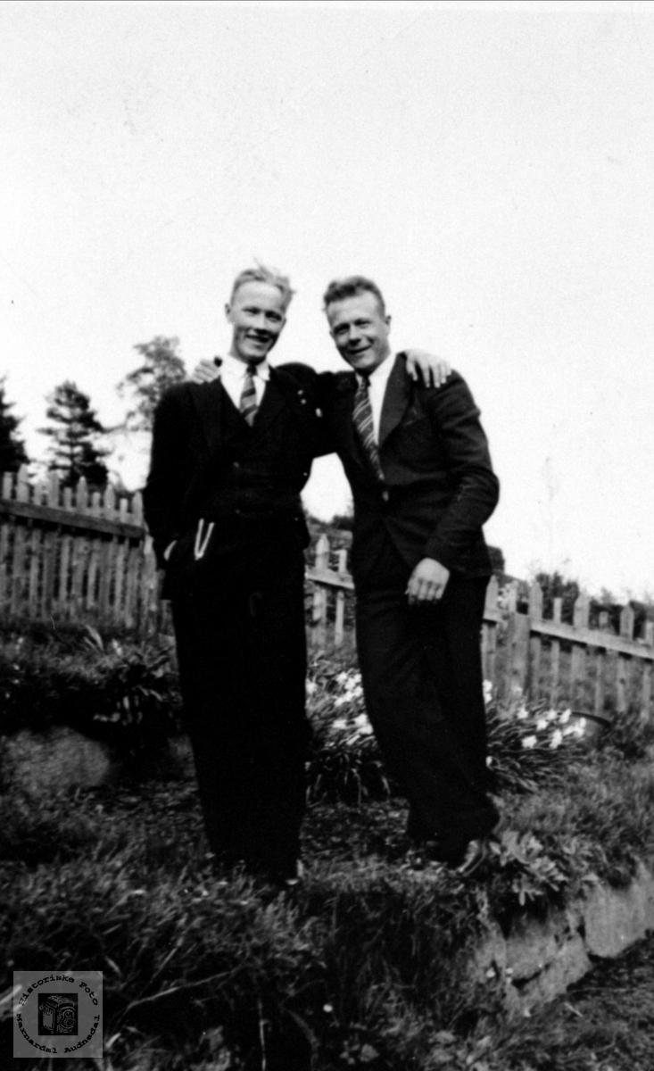 Portrett av to gode venner i hagen på Røynesdal. Torgeir Hjemlestad og Sverre Røynesdal.