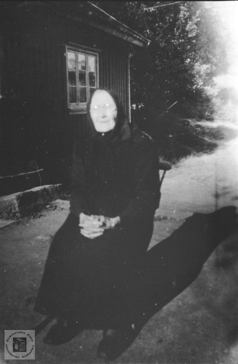Portrett av Berte Hunsdal, gift Fidje, Laudal.