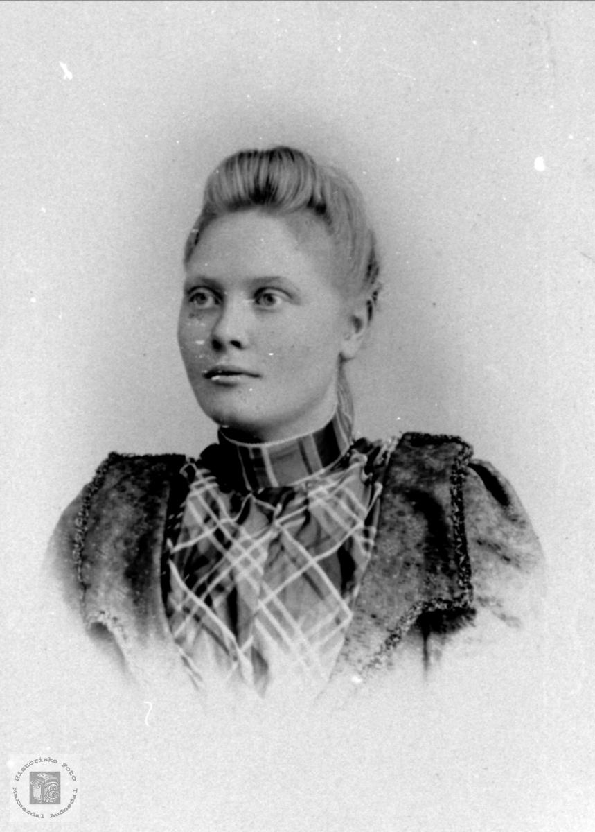 Portrett av Gurine Høyland, gift Håkonsen, Øyslebø.