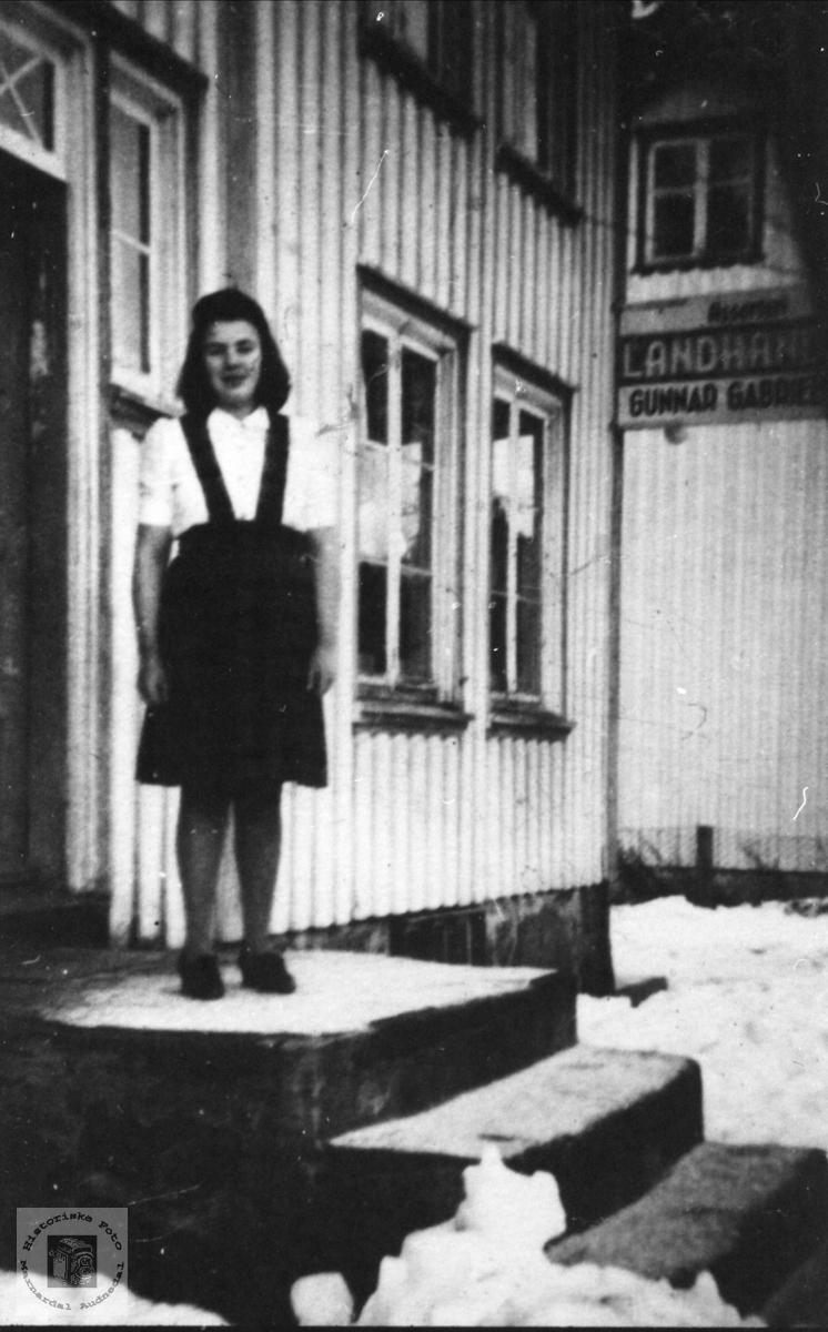 Katrine Manneråk på landhandeltrappa, Øyslebø.