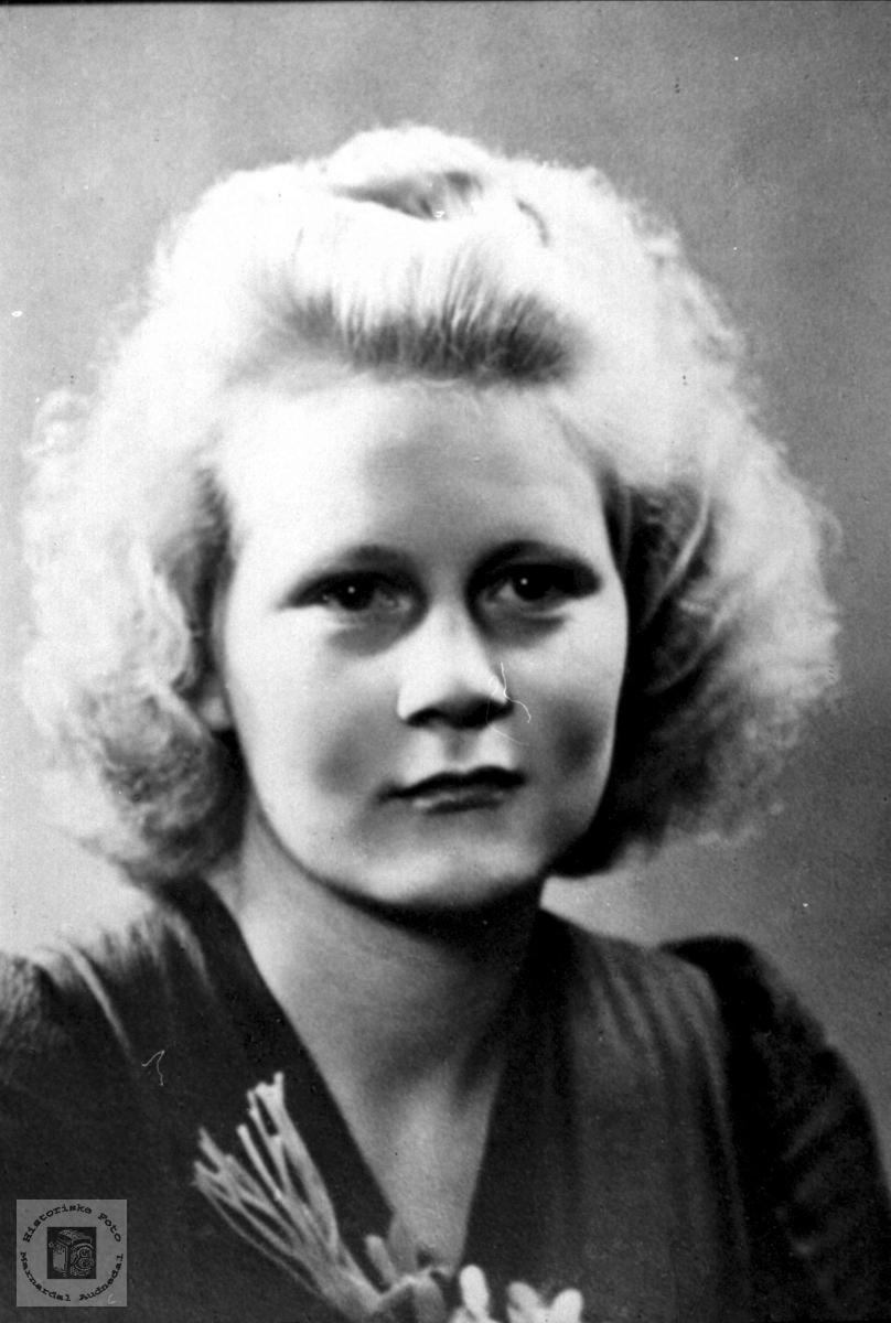 Portrett av Martha Lindland Laudal gift Bue, Øyslebø.