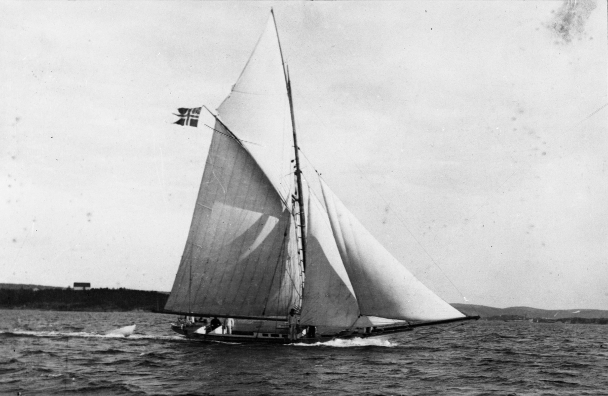 Seilbåter i regatta. Kongelig lystseiler 'Svalen' (b.1859)