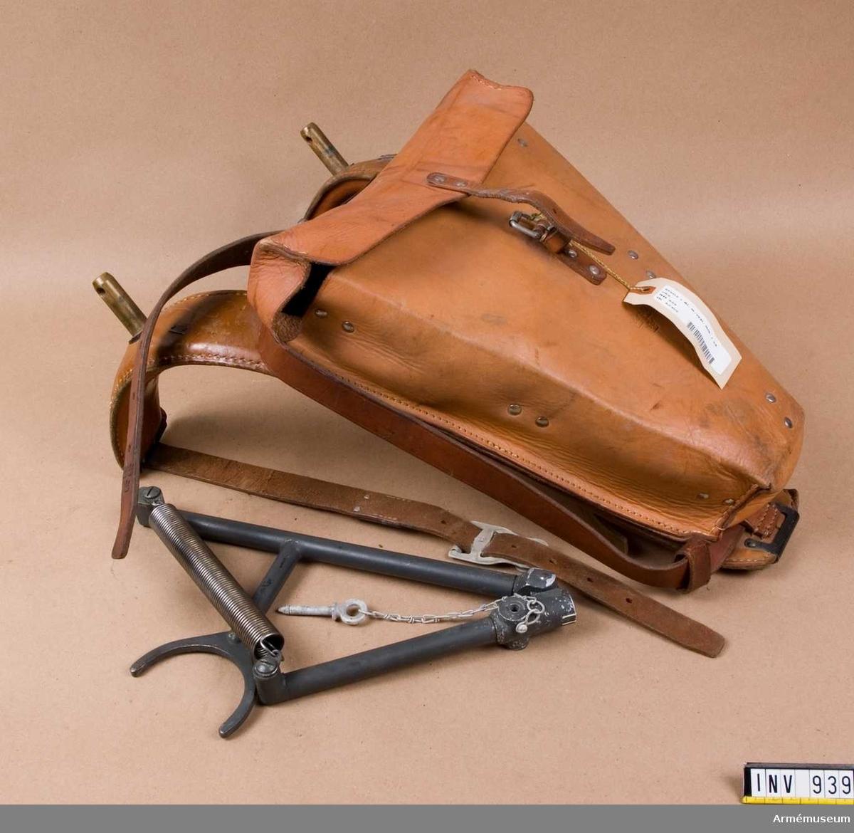 Samhörande nr är 937-938. Stativ till avståndsinstrument m/1941. Ett skulderstativ som består av en läderklädd mes med livrem och två bröstremmar samt vidfästad stativväska, vänster och höger stativarm samt ett tvärstag.