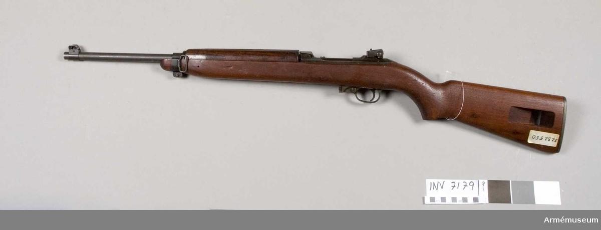 Kaliber 7.62 mm (30). Tillverkningsnr 5232550. Tillverkat av Inland MFG. Div. General Motors 5-44 USA. Märkt U.S. Carbine Cal. 30 MI. Pipan märkt Inland MFG. Div.General Motors 5-44.
