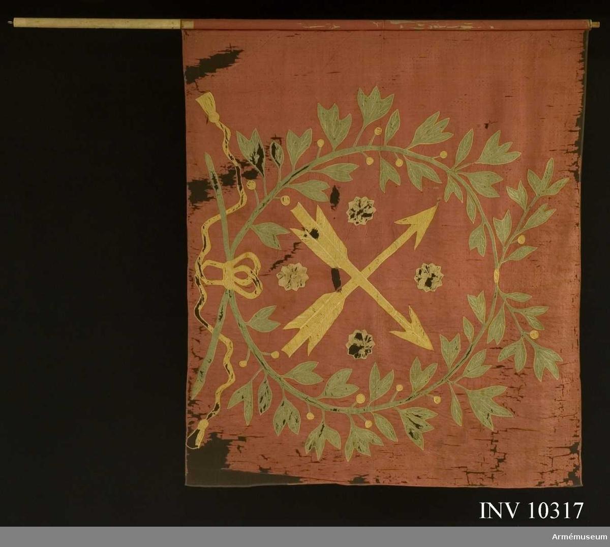 Grupp B I.  Fanduk av röd taft med insydda emblem: Närkes sköldemärke, två korslagda pilar i gult med fyra rosor i vitt (gulvitt) i vinklarna; allt omgivet av en lagerkrans bestående av två  korslagda lagerkvistar med bladverk och bär, nedtill hopknutna med band och tofsar. Kvistar av grön taft. Band, bär och tofsar av gul taft. Mönstring och konturer i plattsöm. Fäst på stången med rött sidenband och förgyllda kupiga spikar. Stång av vitmålad furu, nedtill avsågad. Holk och spets saknas.  Beställd 1718 hos målaren Johan Vijkman. Tilldelad regementet  år 1731.