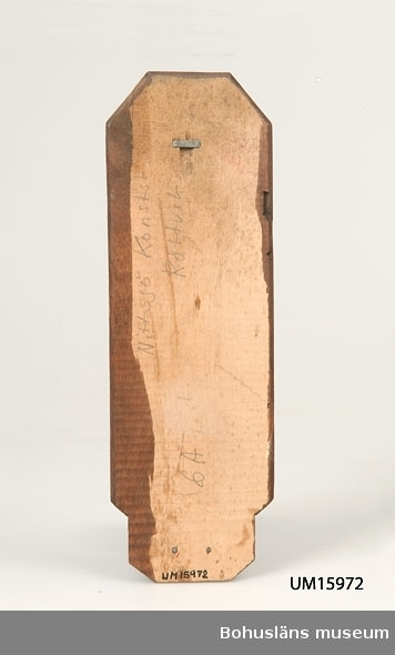 För stearinljus. Rektangulär väggbricka med skuren dekor av madonna.  Se UM015810