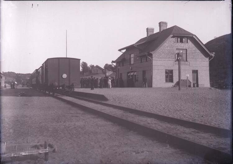"Enligt text som medföljde bilden: ""Munkedal Jernvägsstation Maj 1904."""