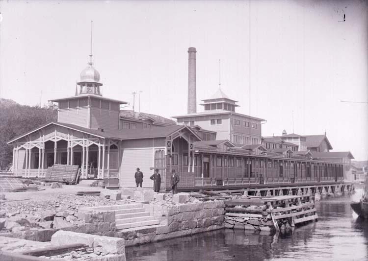 """Enligt text som medföljde bilden: """"Badhuset efter ombyggnaden, Lysekil. 19/5 1901, Ögonblick, sol, I 9, Sorey Rapidparaplanat."""""""