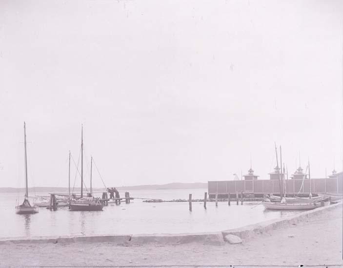 """Enligt text som medföljde bilden: """"Båthamnen Ls 1906""""."""
