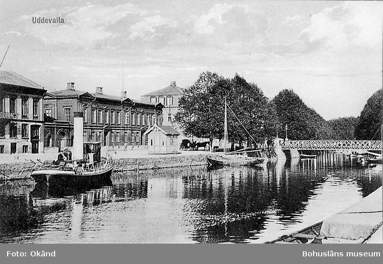 """Tryckt text på vykortets framsida: """"Uddevalla""""."""