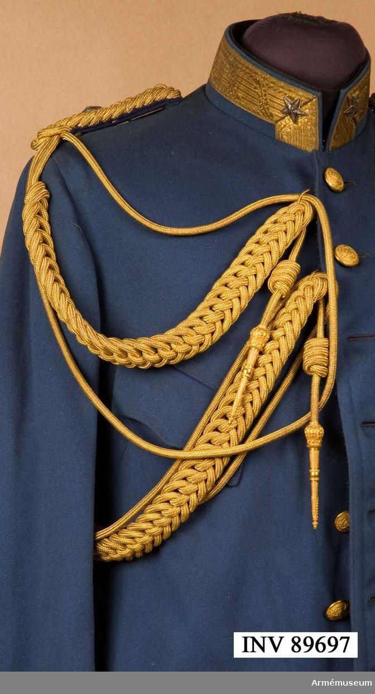 Grupp C I. Ur uniform för officer, general, i persiska armén. Består av mössa, vapenrock, långbyxor, kappa, aiguilette, epåletter. Av guldsnören. Nyttjas till vapenrock och bäres under dean högra epåletten. Liknar svenska officerares aiguilette m/1816.
