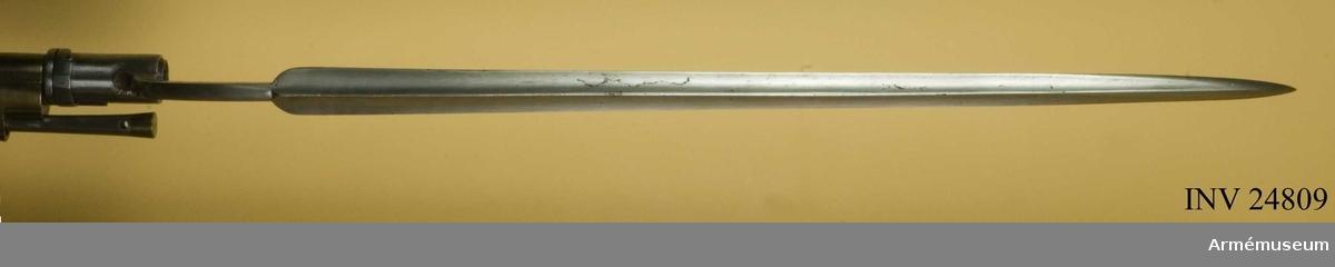 """Grupp E II Bajonetten är fullkomligt överensstämmande med den till 1815 års infanterigevär (se AM 1932:4209), men har längre klinga.  Hylsan är 62 mm lång. På bajonettarmens översida två olika, rätt otydliga kronstämplar, TS och FM. På insidan ett inslaget N. Nedtill på bajonettklingans insida krönt E (Eskilstuna) och Ericson. I Modellsalens reversal kallas vapnet """"Studsare, svensk, med flintlås, 1815 års fältjägares"""" och bajonetten """"Bajonett, jägaregevärs, svensk, 1826 års"""".  Se vidare AM 24808."""