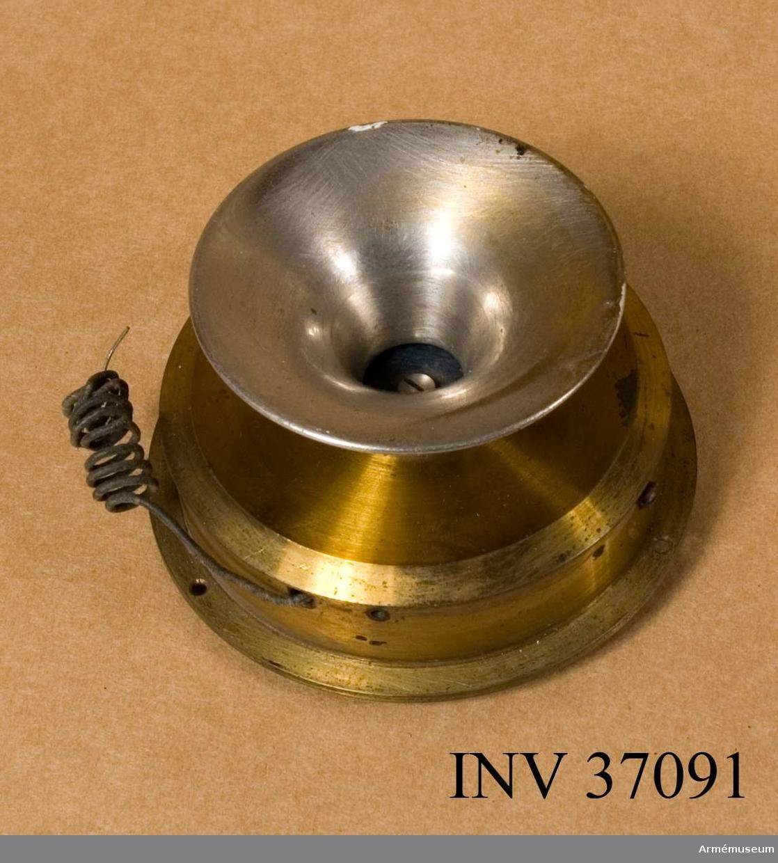 Grupp H I.  Av kolstavstyp och den äldsta av L M Ericssons många mikrofontyper.  Den ingick bl.a. i telefonapparat m/1887; jfr AM 37045.  Detta exemplar har troligen tjänat som undervisningsmateriel.