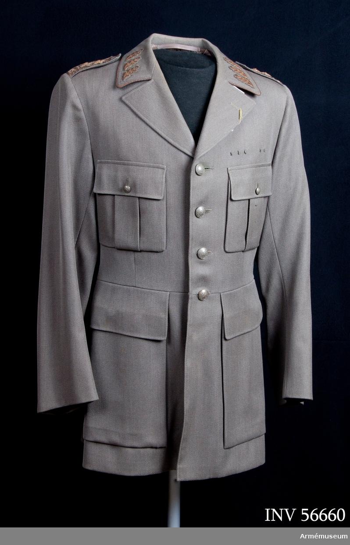 Grupp C I. Vapenrock m/1939 för generallöjtnant vid Generalitetet och chef  för HM Konungens stab.