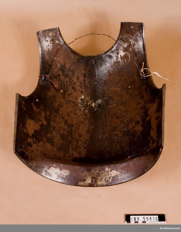"""Grupp D IV. Bröststycke till kyrass m/1825 med bröstplåt för karabinjärer såsom den begagnades år 1848 till 1852. Med inskription: """"Manuf..re R au de Klingenthal Juin 1833"""" och """"1T1L No 1252""""."""