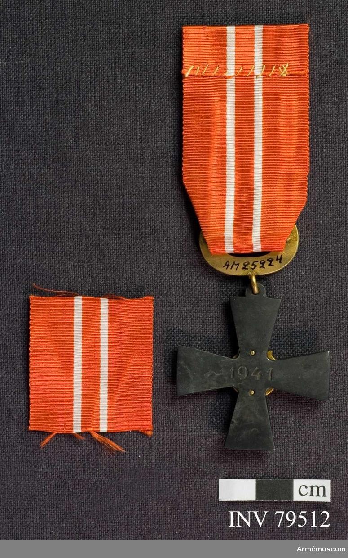 Ordenskors med årtalet 1941, Krans med lager och eklöv, Band, rött med vita ränder.  För riddare, läkare, III.klass av finska frihetskorset.