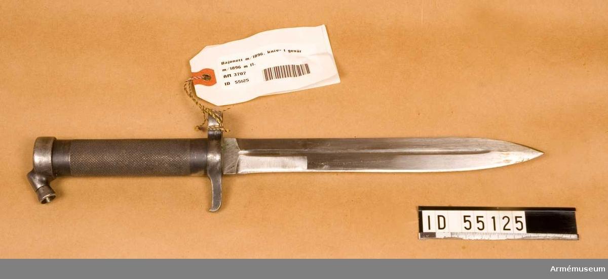 Knivbajonett m/1896 t gevär m/1896, m/1938/automatgevär m/1942. Helt tillv. av stål med rörformigt lättrat grepp med konisk låsknapp och pipring. Rak, eneggad klinga med smal blodskåra på båda sidor. Klingb vid fästet: 25 mm. Pipringens id: 15,5 mm. tillv.nr 783.