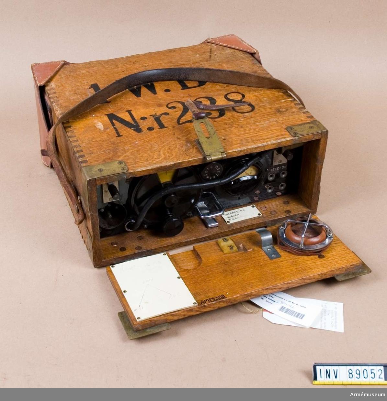 """Radiostation m/1928, 1 W, bärbar med antennram. Räckvidd: 5 km Typ:SM 64 Tillv.nr: 529 N:r. 238 Radiostationen ej helt komplett, bärmesar saknas m.m. Bestående av 15 delar: 1 st apparatlåda, sändaren och mottagaren är monterad på gemensam bottenplatta, märkt: 1 W. Br N:r 238. Kungl. Fälttelegrafkårens Tygverkstäder. Typ SM 64 N:r 529.   Mått: 320 x 300 x 140 mm. Ur saknas. 1 st batterilåda, märkt: 1 W. Br N:r 238 (tom). 1 st materiellåda, märkt: 1 W. Br N:r 238. Består av 1 st telegraferingsnyckel, 2 st sladdlampor. Ackumulator, hörtelefoner och verktyg saknas. 1 st antennram. 1 st koger till antennram av väv. Märkt: 1 W. Br N:r 200. 9 st kondensatorer, märkt: 1 W. Br 135. 1 st väska av läder till kondensatorer, märkt """"1 W. Br N:r 135"""". Se Radiomateriel Del 2 (Rad. M. 2) 1 Watt Bärbar Radiostation m/28. 1929 års upplaga Nr 5758."""