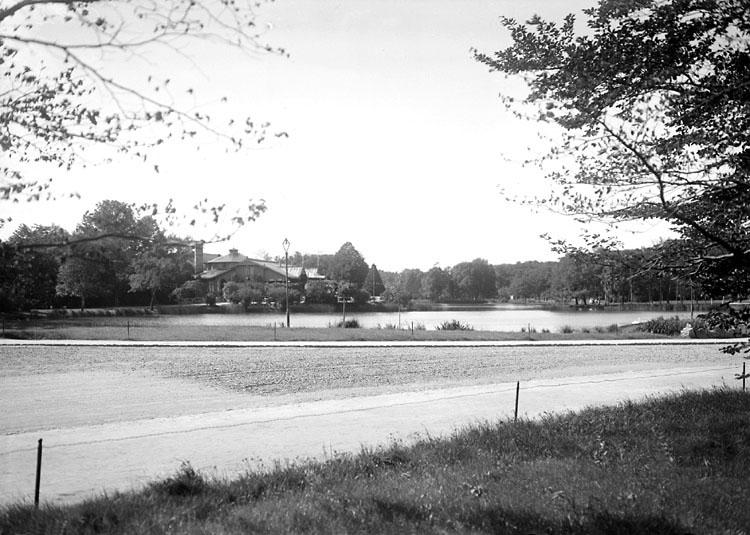 "Augusti 1924. ""Stora Dammen"" i Slottsskogen, med restaurang ""Vita Bandet""."