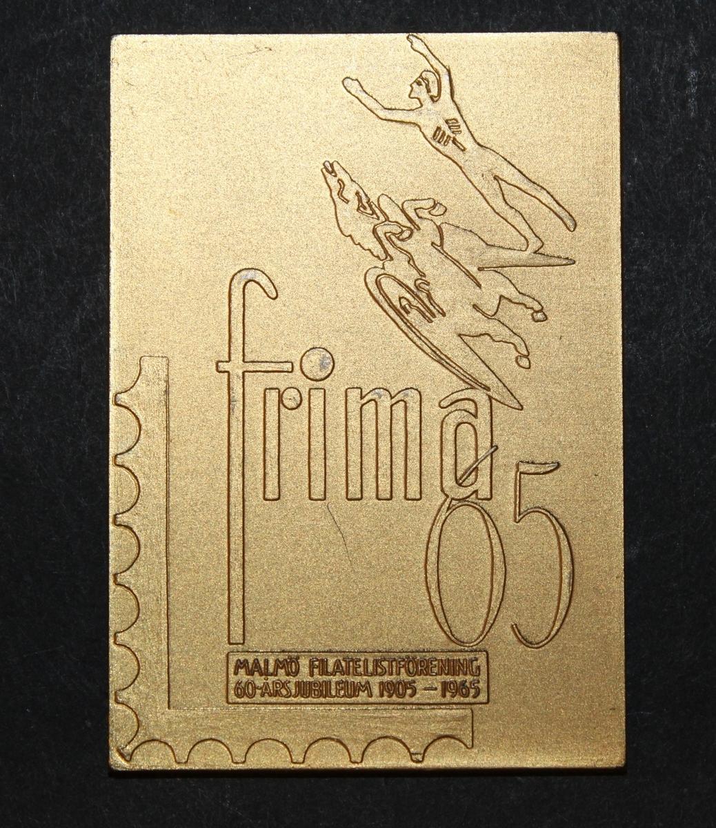 """Plakett i förgyllt silver, rektangulär, tilldelad AstridTufvesson för deltagande i frimärksutställningen Frima 65, anordnad 6- 14 februari 1965 av Malmö Filatelistförening i Malmö Rådhus. Påplakettens åtsidan avbildas en skulptur av Carl Milles, """"Pegasus"""",som står i Malmö slottspark samt text enligt MRK. I nedre vänstrahörnet en vinkel av ett tandad frimärke. Frånsidan med text enligtMRK."""