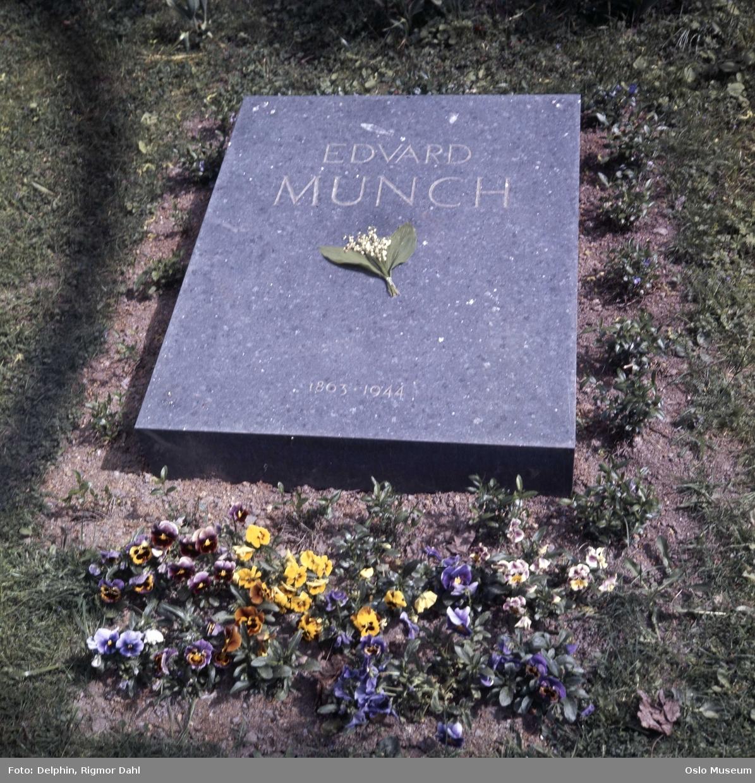 Vår Frelsers gravlund, gravmonument, blomster