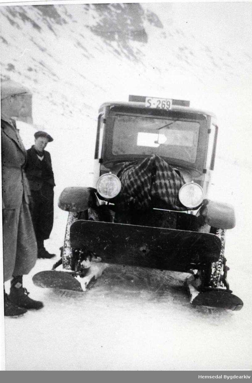 Beltebilen S269 ved Bjøberg i Hemsedal i 1939 Frå venstre: Ola E. Fekene og John Fausko.