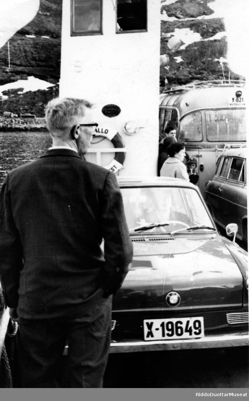 Leansmánni ja biillat feargga nalde. Lensmannsbetjent og biler på ferga.