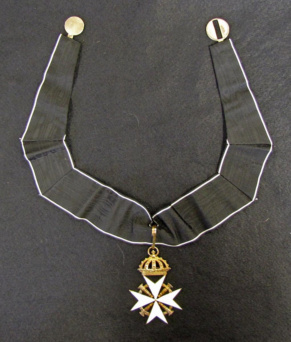 """Johanniterordens halstecken för Rättsriddare. Ordenstecknet fästat i ett svart nackband med vit streck längst sidorna. 7,2 x 4,8 cm.  Johannitorden, halskors med krona för sk Rättsriddare av orden. I praktiken en högre klass inom riddarskapet. Riddarna av Johanniterorden bär halskorset utan krona. På bröstet bärs det lilla bröstkorset som en kraschan till riddartecknet om halsen.  Johannitorden i Sverige (som order officiellt heter) är endast öppen för personer av adlig härkomst och börd.  Ordenstecknet ändrades till sitt nuvarande utseende 1946 då banden till den tyska moderorden klipptes, tidigare hörde man till det sk """"Balley Brandenburg"""". Ändringen bestod i att de svartemaljerad, krnta, preussiska örnarna utbyttes mot vad som uppfattades som en svensk symbol nämligen Vasakärvar, det tidigare helsvarta bandet försågs med en vit kant.  Tecknet, av förgyllt, emaljerat silver förvaras i ett etui som egentligen är avsett för ett kommendörstecken av antingen Nordstjärneorden eller Vasaorden, bärlänken är även den från ett svenskt kommendörtecken.  Ordenstecknen är burna till kammarherreuniform VM 21 434.  Samlingen kom till museet via testamente. Erik T:sson Uggla hade tidigare köpt ut alla ordnar och tecken för att kunna testamentera dessa till Vänersborgs museum.   Överlämnat av sonen till ägaren"""
