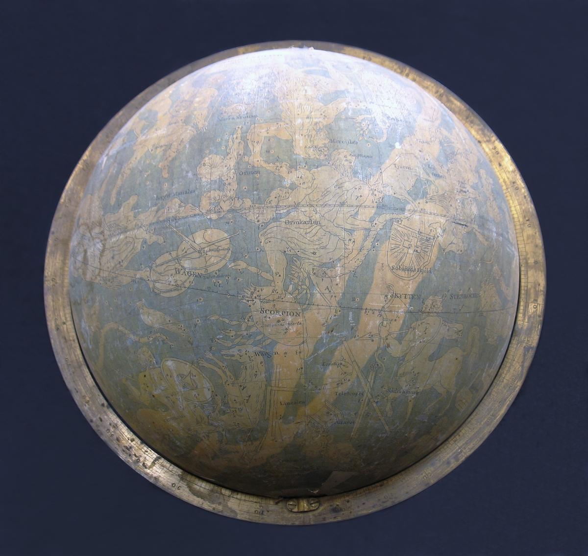 En himmelsglob med stjärnhimlen med dess stjärntecken. Himmelsgloben saknar ställning. Globen är från år 1824. Illustrationerna på globen föreställer bland annat stjärnor och stjärnbilder såsom Jungfrun, Vattumannen, Örnen, Tjuren, Draken etcetera.