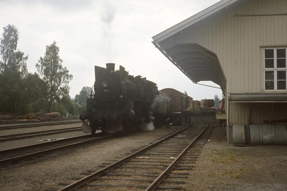 Godstog fra Kongsvinger til Elverum står ved godshuset på Flisa stasjon. Damplokomotiv type 26c nr. 433.