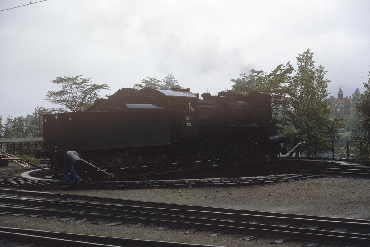 Damplok type 26c nr. 433 på svingskiven på Kongsvinger stasjon.