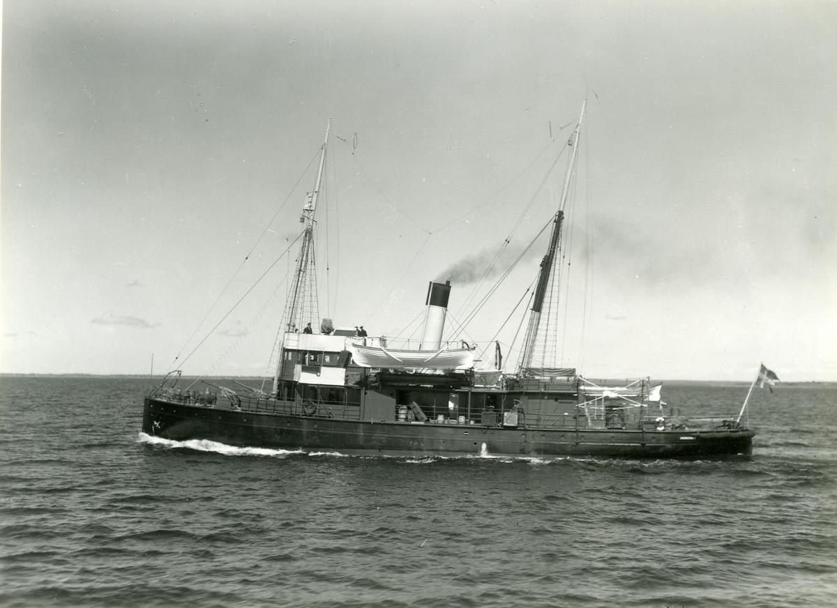 Fartyg: SVENSKSUND                     Längd över allt 40 meter  Rederi: Kungliga Flottan, Marinen Byggår: 1891 Varv: Kockums Övrigt: Sjösatt 1891. Depl. 360 ton, Längd 38,0 mtr., Bredd 7,9 mtr., Djupg. 3,6 mtr., Fart 12 knop, Bestyckning: 2 st. 5,7 cm. kan., 1 st. 2,0 cm. kan. (Enligt 1945 års Marinkalender)