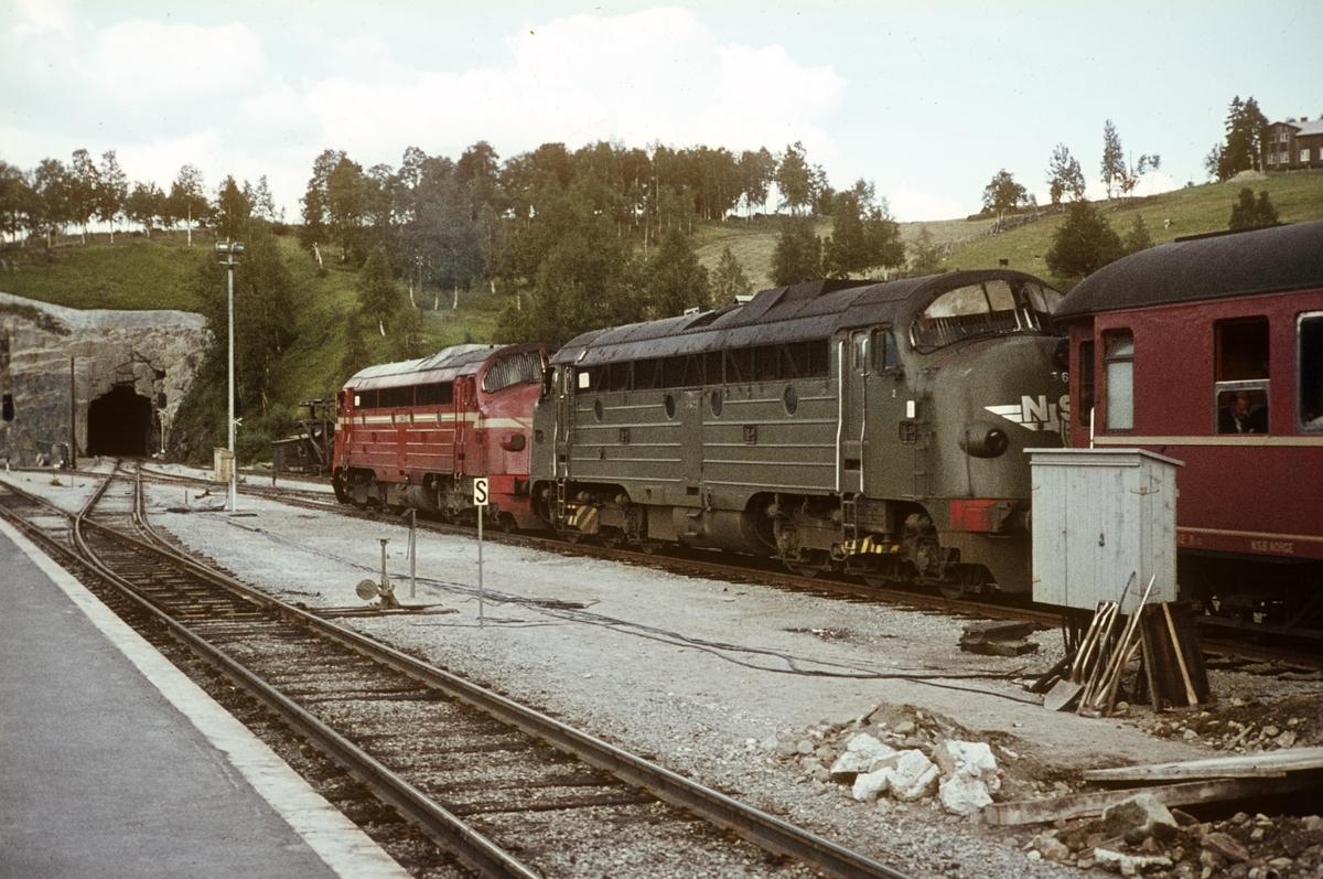 Tog til Trondheim over Dovre på Dombås stasjon. Toget trekkes av to lokomotiver type Di 3.