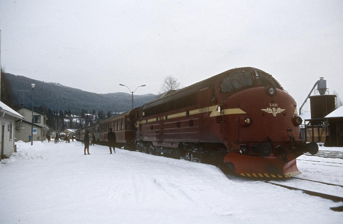 Tog 281 fra Oslo til Fagernes på Dokka stasjon, trukket av diesellokomotiv type Di 3 nr. 626.