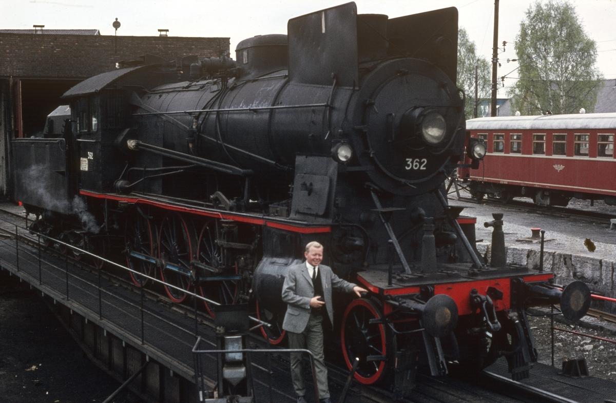 Damplok 30b 362 på svingskiven på Hamar stasjon, trukket frem for fotografering i forbindelse med SJKs besøk. Foran lokomotivet Hans Petter Grøner.