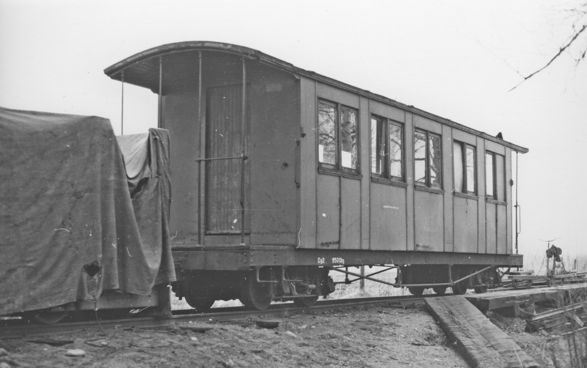 """Personvogn Co 2 og diesellokomotivet """"Bæleverket"""" hensatt på Fossum."""