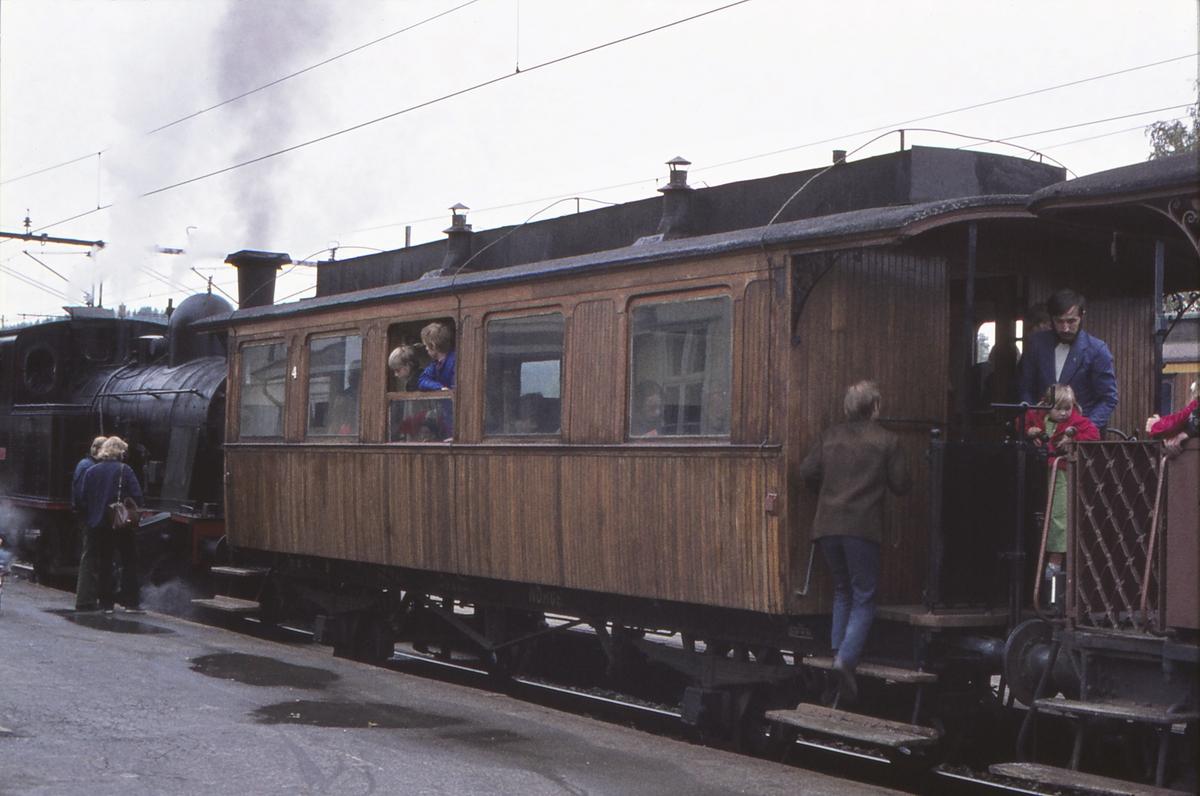 Ekstratog for Norsk Jernbaneklubb med damplokomotiv Norsk Hydro M2 på den nedlagte delen av Drammenbanen. Rjukanbanen (RjB) vogn C 4. Spikkestad stasjon.